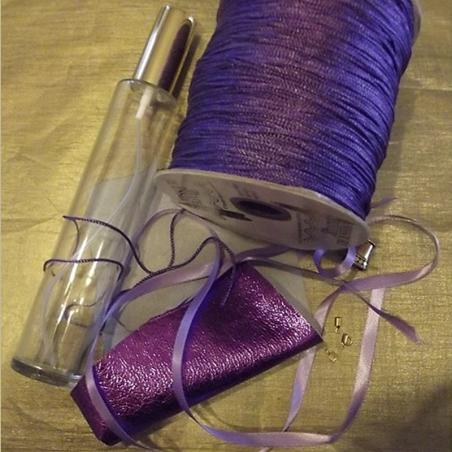 Vaporisateur de parfum CRISTAL DE SWAROVSKI corset cuir parme irisé artisanal, pompon parme Artisanal CUIR, TISSUS - Au pays ...