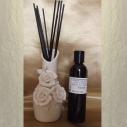 Diffuseur bâtons par capillarité vase soliflore en céramique bouquet de roses, bâtons noirs et parfum sans alcool