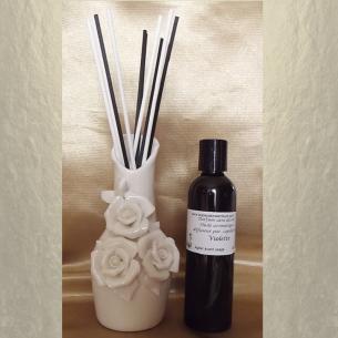 Diffuseur bâtons par capillarité vase soliflore en céramique bouquet de roses, bâtons blancs et noir et parfum sans alcool