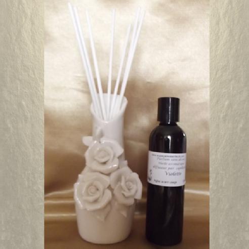 Diffuseur bâtons par capillarité vase soliflore en céramique bouquet de roses, bâtons blancs et parfum sans alcool
