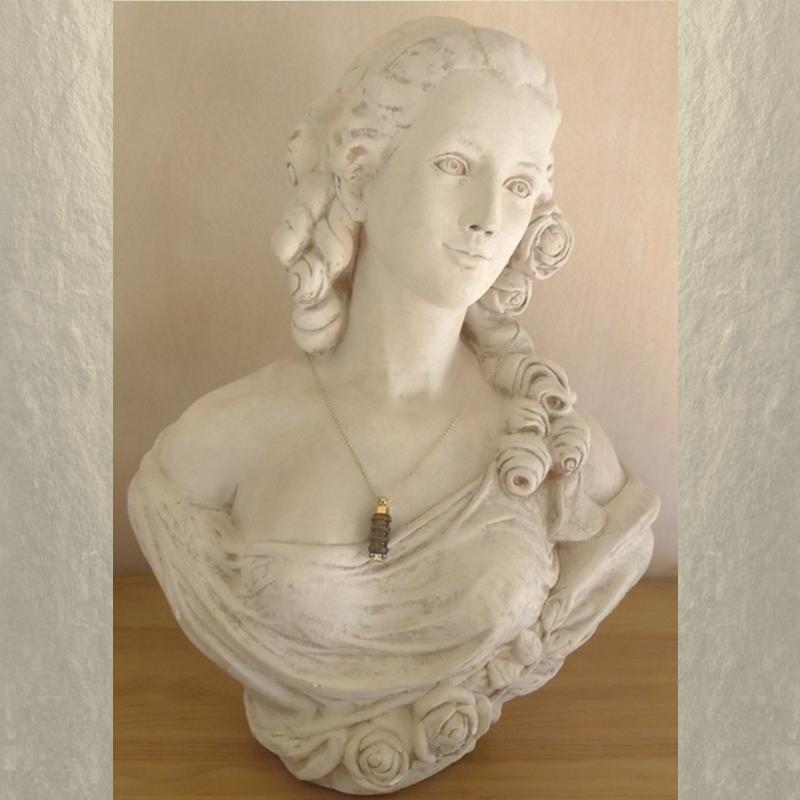 Collier fiole à parfum bois et or strass CRISTAL DE SWAROVSKI FUCHSIA AB artisanal sur buste mannequin