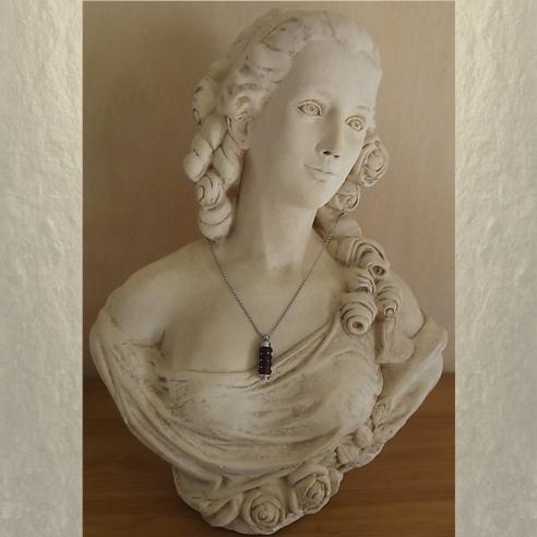 Collier fiole à parfum bois et  argent strass CRISTAL DE SWAROVSKI HYACINTH AB sur buste mannequin