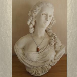 Collier fiole à parfum bois et  argent strass CRISTAL DE SWAROVSKI SCARABAEUS GREEN sur buste mannequin