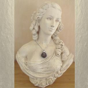 Collier pendentif fiole à parfum CRISTAL DE SWAROVSKI VOLCANO filigrane rond 3D relief argent vieilli sur buste mannequin