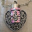 Collier pendentif fiole à parfum CRISTAL DE SWAROVSKI FIRE OPAL AB filigrane coeur bronze artisanal gros plan artisanal