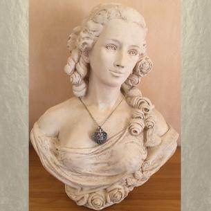 Collier pendentif fiole à parfum CRISTAL DE SWAROVSKI FIRE OPAL AB filigrane cœur bronze artisanal sur buste mannequin