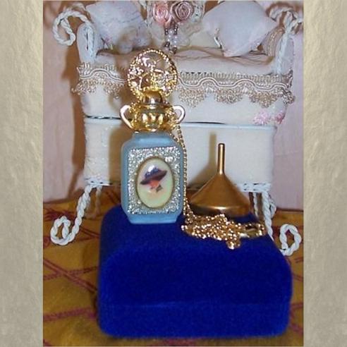 Collier fiole à parfum plaqué or avec entonnoir en métal couleur or dans écrin modèle  11