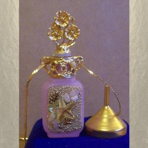 Collier fiole à parfum plaqué or avec entonnoir en métal couleur or dans écrin modèle 35
