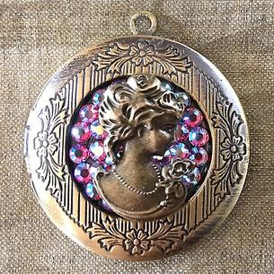 Collier pendentif porte photo CRISTAL DE SWAROVSKI ROSE AB camé femme gros plan
