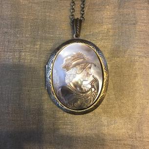 Collier pendentif porte photo, pilulier camé nacre d'Abalone, artisanal bronze