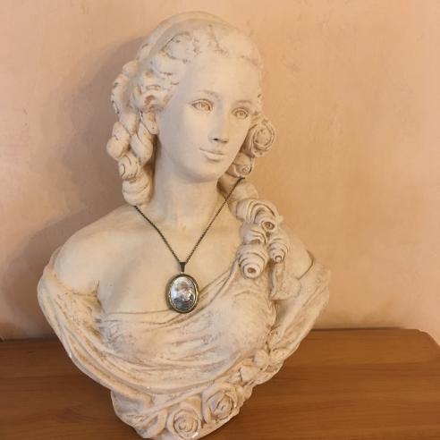 Collier pendentif porte photo, pilulier camé nacre d'Abalone, artisanal bronze  sur buste mannequin