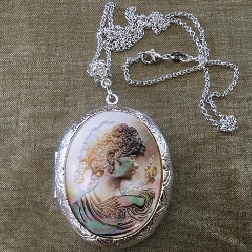 Collier pendentif porte photo, pilulier camé nacre d'Abalone, artisanal argent gros plan