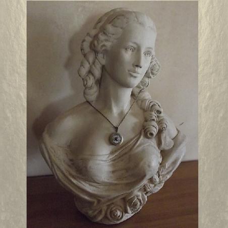 Collier pendentif porte photo CRISTAL DE SWAROVSKI FROSTED AB métal bronze sur buste mannequin