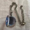 Collier pendentif porte photo Cristal de SWAROVSKI SCARABAEUS GREEN bronze artisanal ouvert