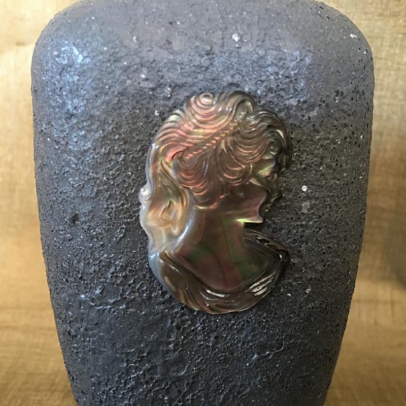 Vaporisateur de parfum artisanal camé en nacre d'Abalone gros plan