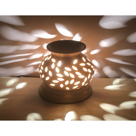 Lampe diffuseur de parfum en céramique artisanale allumée