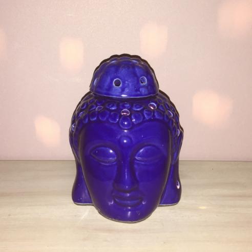 lampe diffuseur de parfum artisanale en céramique bouddha bleu allumée