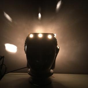 Lampe diffuseur de parfum électrique bouddha artisanale en céramique allumée