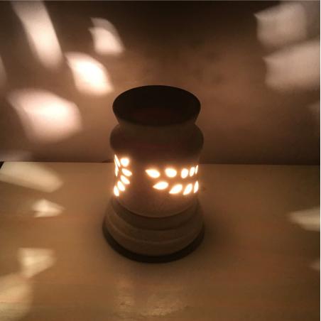 Lampe diffuseur de parfum céramique artisanale allumée