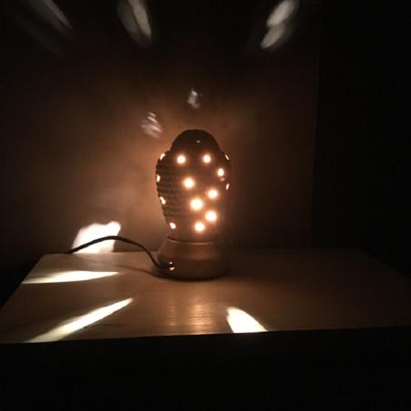 lampe diffuseur de parfum céramique bouddha sable artisanale  dos allumée