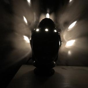 Lampe diffuseur de parfum céramique électrique artisanale bouddha noir allumée