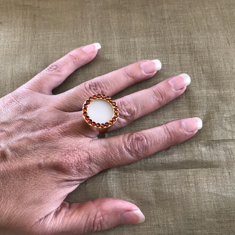 Parfum solide bague cristal de Swarovski artisanale plaqué or portée